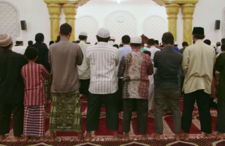 Pandangan Mata Makmum Tertuju Imam